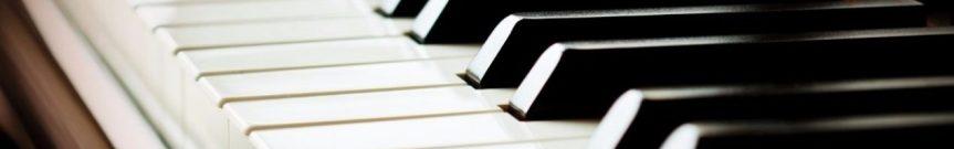 Mi pequeño estudio con el piano Yamahavertical